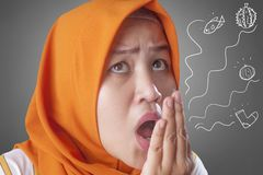Olor musulm?n asi?tico lindo de la respiraci?n de se?ora Check Her Own foto de archivo