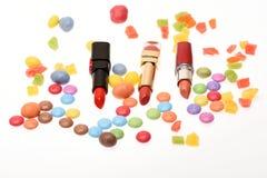 Olor y gusto del concepto del lápiz labial Lápices labiales aislados, fondo blanco foto de archivo