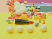 Olor y gusto del concepto del lápiz labial Lápiz labial del rojo o del escarlata fotografía de archivo libre de regalías