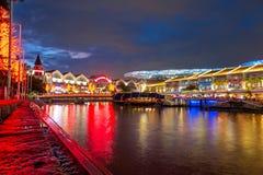Olorful在晚上点燃大厦在克拉码头,新加坡 库存图片