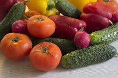 Olorful λαχανικά Ð ¡ στον πίνακα κουζινών Στοκ Φωτογραφίες
