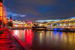 Olorful accende la costruzione alla notte in Clarke Quay, Singapore Immagine Stock