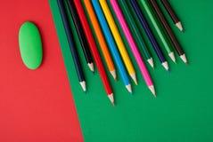 olorful Bleistifte auf buntem Hintergrund Stockbild
