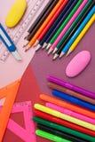 olorful Bleistifte auf buntem Hintergrund Lizenzfreie Stockbilder