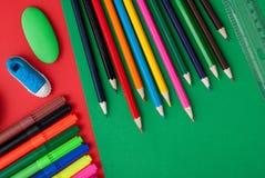 olorful Bleistifte auf buntem Hintergrund Lizenzfreie Stockfotos