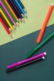 olorful Bleistifte auf buntem Hintergrund Stockfotografie
