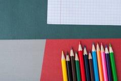 olorful Bleistifte auf buntem Hintergrund Stockfoto