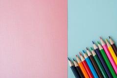 olorful Bleistifte auf buntem Hintergrund Stockbilder
