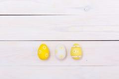 Olorful do  dos ovos da páscoa Ñ pintado no fundo de madeira branco Conceito feliz de Easter fotografia de stock