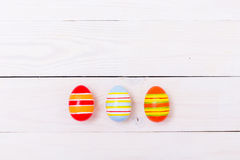 Olorful do  dos ovos da páscoa Ñ pintado no fundo de madeira branco Conceito feliz de Easter imagem de stock