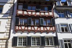 Olorful fasad för Ð-¡ av ett gammalt europeiskt hus royaltyfri foto