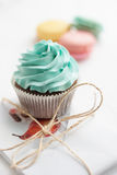 Olorful macaroons Ð ¡ με το cupcake και το παρόν στο υπόβαθρο Στοκ Φωτογραφίες
