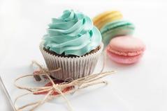 Olorful macaroons Ð ¡ με το cupcake και το παρόν στο υπόβαθρο Στοκ εικόνες με δικαίωμα ελεύθερης χρήσης