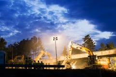 Olsany tjecktekniker 16th plats för natt för rivning för Juni 2018 huvudvägbro Hightway rekonstruktionplats med reflektorer royaltyfri foto