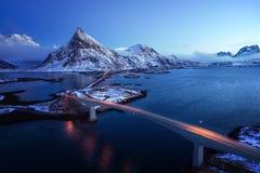 Olstind montering och broar öar lofoten Royaltyfria Bilder