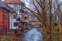 Olsztyn, Польша, 2017 11 Река 30 Пиза в Barczewo, взгляде beautufull к реке от красочных домов Стоковое Изображение RF