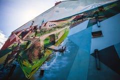 OLSZTYN POLEN - 10 AUGUSTI: Gatakonstteckning på byggnadsväggen Olsztyn Polen Royaltyfri Fotografi