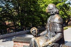 OLSZTYN - POLEN AUGUSTI 20, 2015: Planet i hand av den Nicolaus Copernicus statyn nära hans berömda slott i Olsztyn, Polen Arkivbild