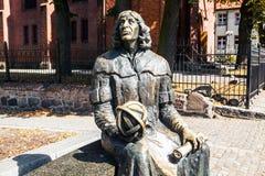 OLSZTYN - POLEN AUGUSTI 20, 2015: Planet i hand av den Nicolaus Copernicus statyn nära hans berömda slott i Olsztyn, Polen Royaltyfria Foton