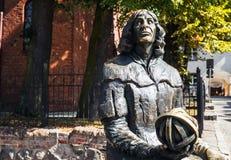 OLSZTYN - POLEN AUGUSTI 20, 2015: Planet i hand av den Nicolaus Copernicus statyn nära hans berömda slott i Olsztyn, Polen Royaltyfri Foto