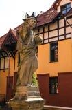 OLSZTYN POLEN - Augusti 13: Skulptur nära katolsk kyrka i Olsztyn - Polen Augusti 13, 2015 i Olsztyn Royaltyfri Bild