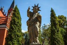 OLSZTYN POLEN - Augusti 13: Skulptur nära katolsk kyrka i Olsztyn - Polen Augusti 13, 2015 i Olsztyn Arkivfoton