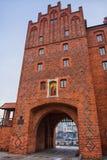 Olsztyn, Pologne 2017 11 30 La porte supérieure avec un gril en métal de vertical-fermeture dans la vieille ville d'Olsztyn const Images libres de droits