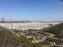 Oltrepassi la città sotto il cielo blu fotografie stock libere da diritti