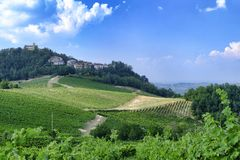 Oltrepo Pavese Италия, сельский ландшафт на лете стоковые фото