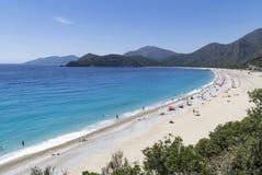 OLUDENIZ,土耳其- 6月04 :游人参观Oludeniz海滩在Tur 库存照片