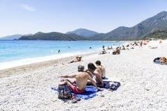 OLUDENIZ,土耳其- 6月04 :游人参观Oludeniz海滩,土耳其 免版税图库摄影
