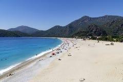 OLUDENIZ,土耳其- 6月04 :游人参观Oludeniz海滩,土耳其 库存照片