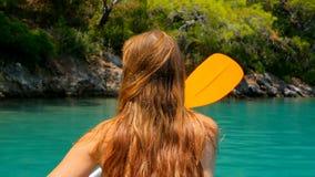 划皮船在海的后面观点的妇女 影视素材