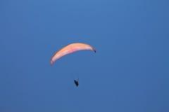 Oludeniz, die Türkei - 10. Juli 2012: bemannen Sie Fliegen im Fallschirm im blauen Sommerhimmel Stockfotos
