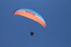 Oludeniz, die Türkei - 10. Juli 2012: bemannen Sie Fliegen im Fallschirm im blauen Sommerhimmel Stockbild