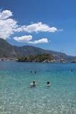 Oludeniz, die Türkei - 10. Juli 2012: Leute, die das Schwimmen im wunderbaren reinen Ägäischen Meer auf türkischer Küstenlinie ge Stockbild