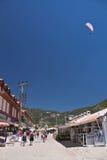 Oludeniz, die Türkei - 10. Juli 2012: Touristen, die in Stadt, Mannlandung im Fallschirm auf oludeniz Strand in der Sommerzeit ge Lizenzfreie Stockfotos