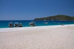 Oludeniz, Turchia - 10 luglio 2012: barche turistiche sulla riva sulla spiaggia meravigliosa sul oludeniz turco della linea costi Immagini Stock