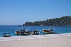 Oludeniz Turkiet - Juli 10, 2012: touristic fartyg på kusten på den underbara stranden på turkisk kustlinjeoludeniz Royaltyfri Bild