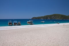 Oludeniz, Turkije - Juli 10, 2012: toeristische boten op de kust op prachtig strand op Turkse kustlijn oludeniz Stock Afbeeldingen