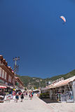 Oludeniz, Turquie - 10 juillet 2012 : touristes marchant en ville, atterrissage d'homme dans le parachute sur la plage d'oludeniz Photos libres de droits