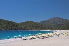 Oludeniz, Turquie - 10 juillet 2012 : touristes passant leurs vacances d'été appréciant la natation et prendre un bain de soleil  Images stock