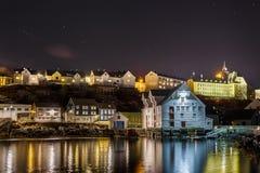 Oluf Holm rybołówstwa Muzealni w Alesund nocą Obrazy Royalty Free