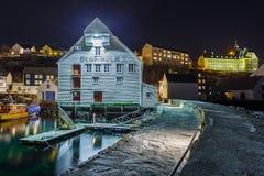 Oluf Holm rybołówstwa Muzealni w Alesund nocą Obraz Stock