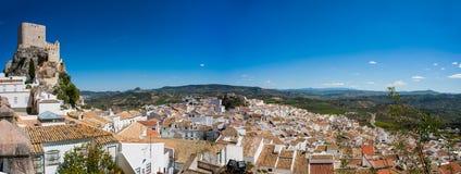 Olvera är en vit by i det Cadiz landskapet, Andalucia, sydliga Spanien - den moriska slotten royaltyfria bilder