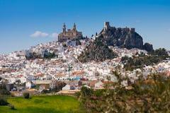 Olvera är en vit by i det Cadiz landskapet, Andalucia, sydliga Spanien - Nuestra Senora de la Encarnacion arkivfoto