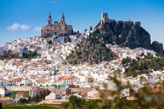 Olvera är en vit by i det Cadiz landskapet, Andalucia, sydliga Spanien - Nuestra Senora de la Encarnacion royaltyfri foto