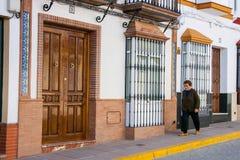 Olvera Cadiz landskap, Andalusia, Spanien - mars 25, 2008: kvinnan går i calle Lliana Fotografering för Bildbyråer