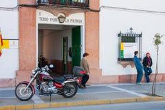 Olvera Cadiz landskap, Andalusia, Spanien - mars 25, 2008: två pojkar med en motorcykel som är främst av `en s för den borgerliga Arkivbilder