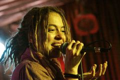 Olya Markes, solist de Alai Oli Fotografía de archivo
